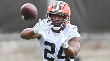 browns agree to three year 36m extension with two time pro bowl rb nick chubb